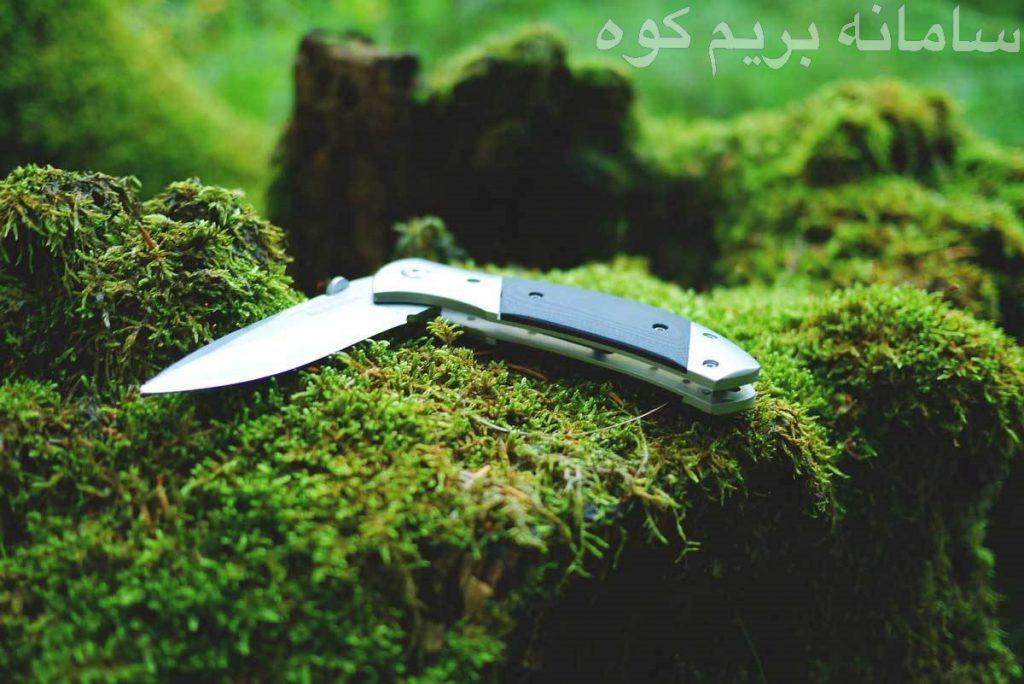 به کمک یک چاقو می توانید سریعا بانداژ و گاز ها را برش دهید و آن ها را روی زخم ببندید . می توانید برای برش کنده های کوچک و برافروختن آتش از چاقوهای کوهنوردی استفاده کنید. همچنین از چاقوهای کوهنوردی می توانید به عنوان وسایل آشپزخانه و در پخت و پز برای برش مواد غذایی کمک بگیرید.