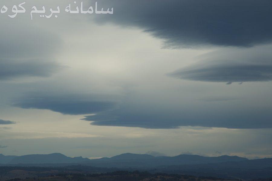 ابرهای آلتواستراتوس معمولا شکلی شبیه لایه های خاکستری ( متمایل به آبی ) را بالاتر از خورشید و یا ماه تشکیل می دهند