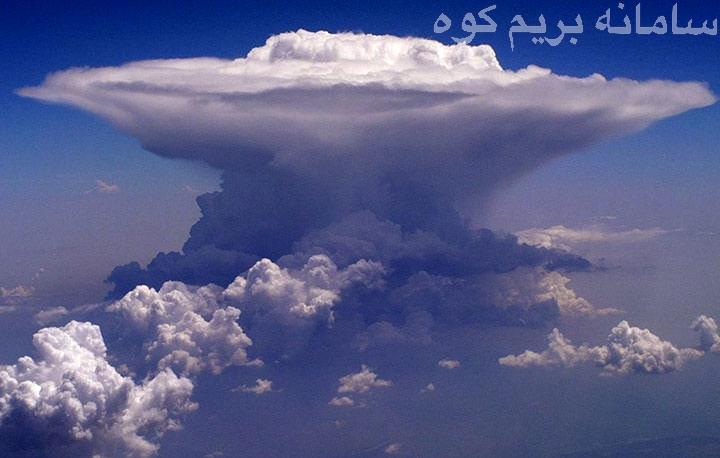 ابرهای کومولونیمبوس شکلی شبیه توده های بزرگ ابر دارند و معمولا باعث ریزش تگرگ، طوفان ، رعد و برق و صاعقه می شوند