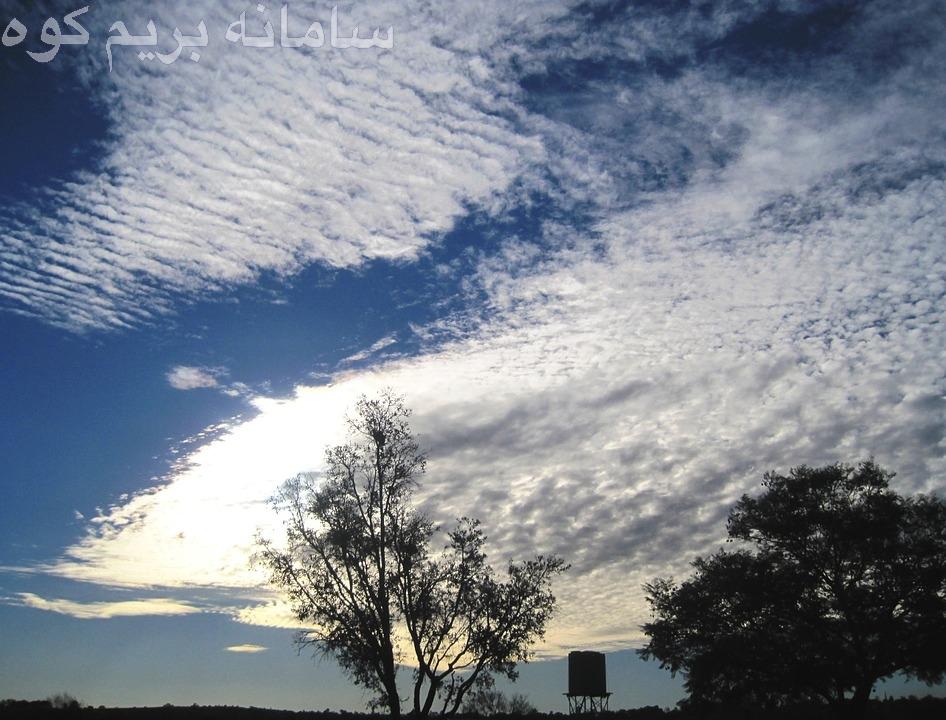 ابر های استراتوس، یک لایه ی یک دست و شبیه مه می سازند و معمولا باعث ریزش های خفیف ( نم نم باران ) می شوند.