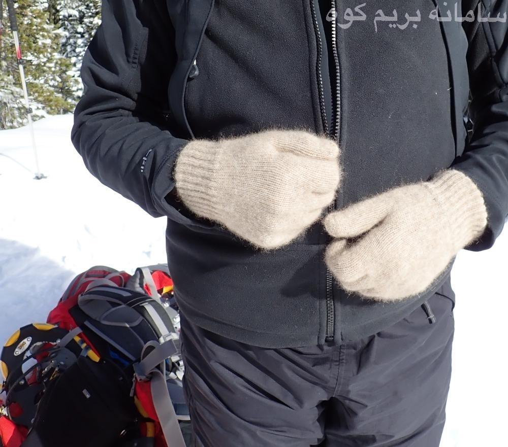 دستکش ها پشمی بسیار سبک هستند و جای کمی نیز در کوله پشتی می گیرند. همچنین یکی از گرم ترین دستکش های کوهنوردی نیز می باشند.