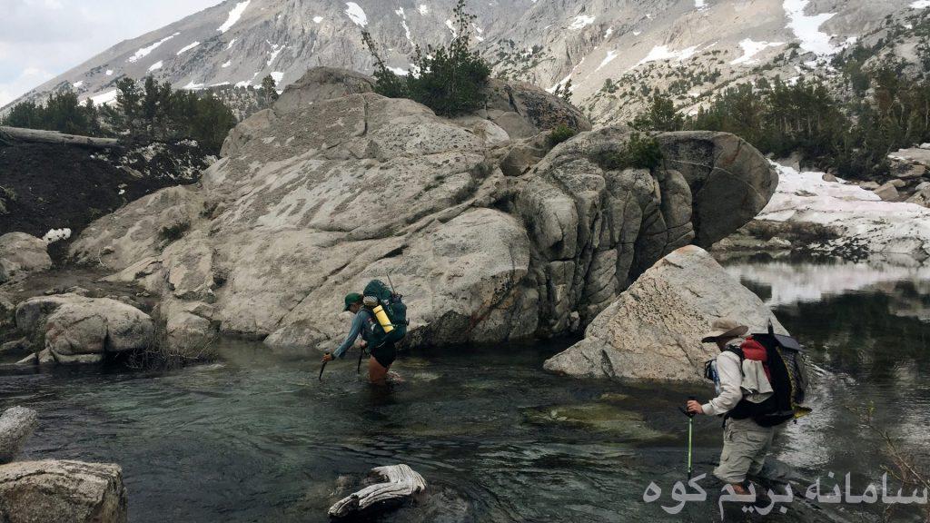 اگر در آب سقوط کردید و  به سمت انتهای رودخانه در حال حرکت بودید ، یا به سرعت کوله پشتی خود را باز کنید و یا آن را به منظور شناوری جلوی سینه ی خود قرار دهید