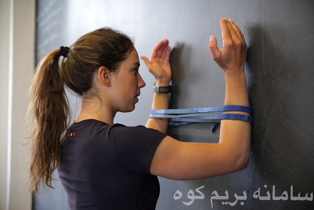 تقویت عضلات قسمت بالایی کمر ( عضلاتی که بین تیغه شانه و ستون فقرات قرار گرفته اند) کمک خواهند کرد تا شانه ها به سمت پایین بمانند و کمر شما در حالتی قرار بگیرد که فضای زیرین آکرومیون افزایش پیدا کند